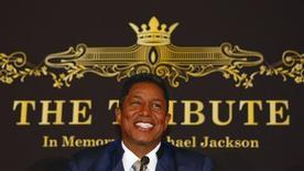 """<p>Jermaine Jackson, hermano del fallecido cantante estadounidense Michael Jackson, sonríe en una conferencia de prensa para promocionar el concierto """"The Tribute, In Memory of Michael Jackson"""" en Berlín, 10 sep 2009. Jermaine Jackson dijo el jueves que espera que la estrella de R&B Mary J. Blige participe en el concierto que planea realizar este mes en memoria de su hermano fallecido Michael, pero la programación de artistas aún está bajo revisión. Jackson y los organizadores intentaron restar importancia a la falta de artistas reconocidos confirmados para el concierto que se celebrará frente del castillo Schoenbrunn de Viena y con una audiencia estimada de 65.000 espectadores. REUTERS/Thomas Peter</p>"""