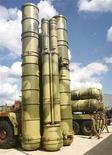 <p>Зенитно-ракетная система С-300 на авиашоу в подмосковном Жуковском 18 августа 1999 года. Кремль одолжил Венесуэле $2,2 миллиарда на покупку российских танков и ракет, сказал венесуэльский лидер Уго Чавес по возвращении из Москвы. REUTERS/Viktor Korotayev</p>