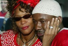 """<p>Певица Уитни Хьюстон (слева) и её муж Бобби Браун на встрече с премьер-министром Израиля Ариэлем Шароном в Иерусалиме 27 мая 2003 года. Певица Уитни Хьюстон в ток-шоу Опры Уинфри призналась, что жизнь с бывшим мужем Бобби Брауном была сплошным кошмаром из-за драк и наркотиков. Кроме того, экс-супруг рисовал на стенах их дома """"дьявольские"""" глаза. REUTERS/Gil Cohen Magen</p>"""