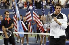 <p>O argentino del Potro ergue seu troféu após vender o suíço Roger Federer na final do Aberto dos EUA. Del Potro derrotou o suíço Roger Federer na final do Aberto dos Estados Unidos na segunda-feira, e se tornou o mais novo membro do clube dos vencedores de um Grand Slam.14/09/2009.REUTERS/David Gray</p>