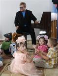 <p>O cantor pop Sir Elton John visita hospital para crianças com HIV na cidade de Makeyevka, Ucrânia. Elton John não tem virtualmente chance alguma de adotar um menino soropositivo da Ucrânia, disse nesta terça-feira o ministro da Família desse país.REUTERS/Gleb Garanich</p>