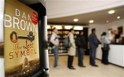 """<p>Personas esperan para comprar una copia firmada de la nueva novela de Dan Brown """"The Lost Symbol"""" en una librería en Londres, 15 sep 2009. La tan anticipada continuación del """"The Da Vinci Code"""" de Dan Brown fue lanzada el martes en Estados Unidos con una respuesta positiva de la crítica, pero el novelista estadounidense admitió que sentía presión por cómo iban a resultar las ventas. """"The Lost Symbol"""" llega seis años después del último libro de Brown y vuelve tras los pasos del profesor de Harvard Robert Langdon. Llegó a las librerías estadounidenses a medianoche con una tirada de cinco millones de copias y las expectativas de que el libro puede reavivar el sector de la edición. REUTERS/Luke MacGregor</p>"""