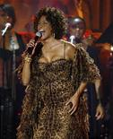 <p>Whitney Houston mentre si esibisce. REUTERS/Mario Anzuoni (UNITED STATES)</p>