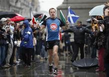 """<p>L'humoriste et acteur britannique Eddie Izzard a achevé ce mercredi à Londres l'équivalent de 43 marathons en 51 jours dans le cadre d'une opération caritative. """"Je suis épuisé. J'ai hâte d'aller me coucher"""", a-t-il concédé à son arrivée à Trafalgar Square, sous une pluie battante. /Photo prise le 15 septembre 2009/REUTERS/Stephen Hird</p>"""