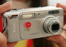 <p>Foto de archivo de una edición de colección de la cámara Kodak EasyShare LS743 Zoom, durante su presentación en Tokio, 12 jul 2004. La empresa de fotografía Eastman Kodak Co planea conseguir hasta 700 millones de dólares, incluido un compromiso de la firma de capitales privados Kohlberg Kravis Roberts & Co, para impulsar su balance y liberar capital para inversiones, dijo el miércoles la empresa. REUTERS/Issei Kato</p>