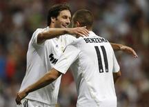 <p>Benzema comemora com o colega Van Nistelrooy gol no campeonato espanhol. O atacante Ruud van Nistelrooy, do Real Madrid, ficará fora de ação por até seis semanas após sofrer uma lesão em seu músculo da coxa, afirmou o clube em seu site na segunda-feira.20/09/2009.REUTERS/Paul Hanna</p>