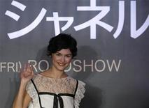 """<p>French actress Audrey Tautou waves during a photo opportunity after a news conference for her film """"Coco Avant Chanel"""" in Tokyo, September 8, 2009. REUTERS/Toru Hanai</p>"""