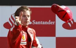 <p>O piloto Raikkonen da equipe Ferrari de F1 joga seu boné depois de conseguir um 3o lugar no GP de Monza. Kimi Raikkonen não tem uma vaga garantida como piloto da Ferrari no próximo ano, disse o presidente da escuderia italiana, Luca di Montezemolo, nesta quarta-feira.13/09/2009.REUTERS/Max Rossi</p>