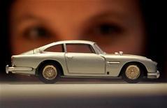 <p>Foto de archivo de un Aston Martin DB5 de colección en una Feria de Juguetes en Londres, 25 ene 2006. Más de mil vehículos de juguete clásicos saldrán a la venta esta semana cuando Donald Kaufman, cuya familia fundó KB Toys, subaste su colección privada. REUTERS/Toby Melville</p>