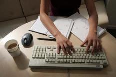 <p>Una donna al lavoro. REUTERS/Catherine Benson CRB</p>