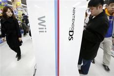 <p>Consumidores olham produtos da Nintendo em loja em Tóquio. A Nintendo irá cortar o preço do popular console de videogame Wii em 20 por cento, em resposta a reduções semelhantes feitas por suas concorrentes Sony e Microsoft com a intenção de estimular a demanda.01/02/2009.REUTERS/Stringer</p>