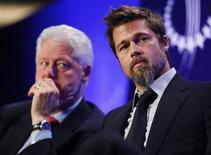 <p>O ator Brad Pitt (dir) foi homenageado por seu trabalho humanitário em instituição do ex-presidente Bill Clinton (esq) REUTERS/Chip East (UNITED STATES POLITICS ENTERTAINMENT)</p>
