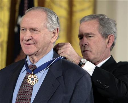 U.S. President George W. Bush (R) honors William Safire as one of the 2006 recipients of the Presidential Medal of Freedom in the East Room of the White House in Washington, December 15, 2006. REUTERS/Larry Downing