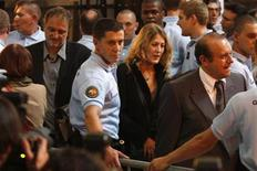 <p>French writer and journalist Denis Robert (L) arrives behind a wall of gendarmes for the start of the trial dubbed the 'Clearstream Affair', at the courthouse in Paris on September 21, 2009. REUTERS/Charles Platiau</p>