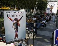 """<p>Foto de archivo de una fila de personas a la espera de boletos para el filme """"Michael Jackson's This Is It"""" en Los Angeles, 25 sep 2009. Los admiradores de Michael Jackson están listos para verlo por última vez, mientras que la cinta """"This Is It"""", a estrenarse en octubre, sobre la difunta estrella pop, rompe marcas por sus ventas adelantadas de boletos, dijo el lunes el estudio encargado del filme. REUTERS/Danny Moloshok</p>"""