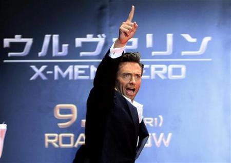 Actor Hugh Jackman gestures to fans at a red carpet event for the Japan premiere of ''X-men Origins: Wolverine'' in Tokyo September 3, 2009. REUTERS/Kim Kyung-Hoon