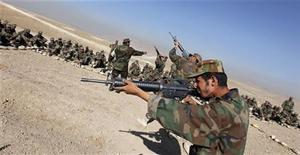 <p>Новобранцы афганской армии тренируются в пригороде Кабула 29 сентября 2009 года. По меньшей мере 30 человек погибли в результате взрыва на юге Афганистана, сообщили представители местных властей. REUTERS/Ahmad Masood</p>