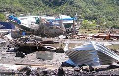 <p>Лодка, оказавшаяся на берегу после того, как цунами ударило по архипелагу Самоа, в Западном Самоа 30 сентября 2009 года. Несколько волн цунами, возникших в результате землетрясения, обрушились на острова Западного и Восточного (Американского) Самоа, послужив причиной гибели более 100 человек. REUTERS/Cynthia Luafalealo</p>