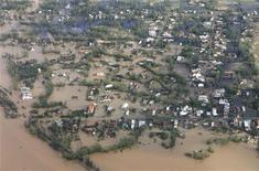 <p>Вид на затопленный вьетнамский город Дананг 30 сентября 2009 года. Сильнейший тайфун, ранее бушевавший на Филиппинах, обрушился во вторник на центральный Вьетнам, разрушив дома, оборвав линии коммуникаций и затопив города и деревни вдоль всего побережья страны. REUTERS/Kham</p>