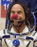 <p>El multimillonario canadiense Guy Laliberte bromea luego de ponerse el traje espacial en el cosmodromo de Baikonur, 30 sep 2009. El millonario canadiense Guy Laliberte, uno de los fundadores del famoso Cirque du Soleil, despegó el miércoles en una nave rusa Soyuz desde Kazajistán para convertirse en el séptimo turista espacial del mundo. El ex tragafuego de 50 años y fundador del afamado circo pagó más de 35 millones de dólares por el privilegio de volar a la Estación Espacial Internacional (EEI) desde el cosmódromo de Baikonur, en la estepa kazaja. REUTERS/Shamil Zhumatov (IMAGENES DEL DIA)</p>