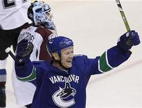 <p>Vancouver Canucks' Mats Sundin (front) celebrates a goal against Colorado Avalanche's Andrew Raycroft by team-mate Alexander Edler (not shown) during the third period of NHL action in Vancouver, British Columbia March 15, 2009. REUTERS/Lyle Stafford</p>