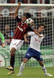 <p>Ronaldinho (sinistra) e Dusan Djuric durante Zurigo-Milan, persa 1-0 dai rossoneri. REUTERS/Alessandro Garofalo</p>