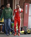 <p>O piloto de F1 Felipe Massa anda no pit após treino de kart em São Paulo. Massa, da Ferrari, afirmou em entrevista veiculada nesta quinta-feira que não vê problema em ter o espanhol Fernando Alonso como companheiro de equipe na escuderia italiana no próximo ano. Ele disse ainda que um retorno à Fórmula 1 ainda este ano é incerto.29/09/2009.REUTERS/Paulo Whitaker</p>