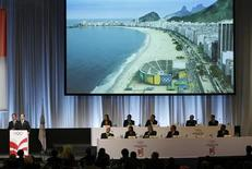 <p>O prefeito do Rio de Janeiro, Eduardo Paes (esq) apresenta a candidatura do RIo de Janeiro para as Olimpíadas de 2016. Entre as quatro concorrentes a sediar os Jogos Olímpicos de 2016, o Rio de Janeiro é a cidade com menor infraestrutura pronta.02/10/2009.REUTERS/Denis Balibouse</p>