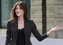 <p>Le nouveau site internet de Carla Bruni sur ses activités d'épouse de Nicolas Sarkozy ne fonctionnait pas lundi en raison d'un trop grand nombre de visites, à en croire un message d'accueil. /Photo prise le 25 septembre 2009/REUTERS/Ian Langsdon/Pool</p>