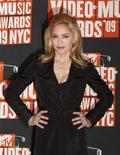 """<p>Madonna posa para foto no Video Music Awards 2009, em Nova York. A cantora conquistou uma indenização substancial de um jornal britânico na terça-feira por violação de sua privacidade e quebra de direito autoral pela publicação de fotos """"furtadas"""" do seu casamento com o diretor de filmes Guy Ritchie. REUTERS/Lucas Jackson</p>"""