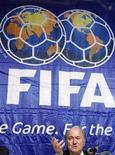 <p>Foto de archivo del presidente de la FIFA, Josepp Blatter, durante una conferencia de prensa en Tokio, 20 dic 2008. La FIFA, el fabricante de programas Electronic Arts y PlayStation de Sony Corporation anunciaron el martes el comienzo del Mundial Interactivo FIFA 2010 (FIWC10, por sus siglas en inglés). REUTERS/Issei Kato</p>