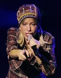 <p>Singer Carly Simon performs at the Orpheum Theater in Boston, Massachusetts, November 19, 2005. REUTERS/Brian Snyder</p>