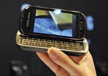 <p>Il telefono Armani presentato oggi a Milano. REUTERS/Paolo Bona (ITALY FASHION SCI TECH BUSINESS)</p>