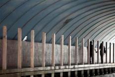 <p>Пара держится за руки на пристани в Куала-Лумпур 12 октября 2009 года. Штат Тренгану, расположенный на востоке Малайзии, предлагает женатым людям медовые месяцы стоимостью до $440 для того, чтобы вернуть любовь парам, находящимся на грани развода. REUTERS/Bazuki Muhammad</p>