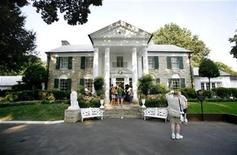 <p>Elvis fans wait to enter the mansion inside of Graceland in Memphis, Tennessee August 15, 2007. REUTERS/Lucas Jackson</p>
