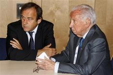 <p>O ex-presidente do Comitê Olímpico Internacional (COI), Juan Antonio Samaranch (à direita), se reuniu com o presidente da UEFA na terça-feira. REUTERS/Eric Gaillard</p>