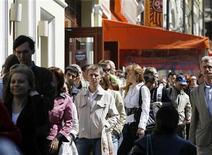 <p>Люди стоят в очереди, чтобы попасть на ярмарку вакансий в Москве 26 мая 2009 года. Лишь 17 процентов россиян верят, что самые тяжелые времена кризиса позади, разделяя позицию российских чиновников, заговоривших недавно о переходе экономики в фазу оживления, показал опрос Левада-центра. REUTERS/Denis Sinyakov</p>