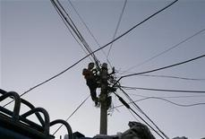 <p>Vinci disposera encore de plus d'un mois pour boucler le financement d'un contrat de réseau de télécommunications GSM-R. Le Réseau Ferré de France (RFF) a décidé mercredi que le consortium emmené par Vinci devait disposer de plus de temps pour assurer son financement bancaire après que Nortel Networks eut annoncé la mise aux enchères de sa division GMS le 9 novembre. /Photo d'archives/REUTERS/Christina Hu</p>