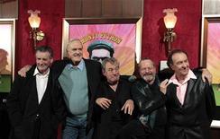 "<p>Da sx a dx, I Monty Python: Michael Palin, John Cleese, Terry Jones, Terry Gilliam, e Eric Idle alla prima del documentario ""Monty Python: Almost The Truth (Lawyer's Cut)"" a New York. REUTERS/Lucas Jackson</p>"