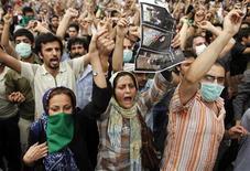 <p>Giovani supporter di Moussavi sfidano la polizia per le strade di Teheran per contestare il risultato delle elezioni presidenziali. REUTERS/Damir Sagolj</p>