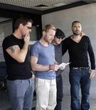 <p>Membros da banda irlandesa Boyzone homenageam o colega, Stephen Gately, em aeroporto de Mallorca. REUTERS/Stringer</p>