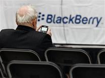 """<p>Le groupe canadien Research In Motion, concepteur du BlackBerry, a lancé une nouvelle version de son combiné multimédia à écran tactile, le Storm, destinée à concurrencer l'iPhone d'Apple. Le Storm2 devrait """"faire un malheur"""", a déclaré le co-directeur général de RIM, Jim Balsillie. /Photo d'archives/REUTERS/J.P. Moczulski</p>"""