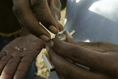 <p>A man places a piece of crack cocaine into a pipe to be smoked in the suburb of Bluefields City in the Caribbean coast of Nicaragua January 28, 2007. REUTERS/Oswaldo Rivas</p>