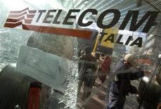 <p>Un hombre usa un teléfono público de Telecom Italia en una paradero de bus en Roma, 3 dic 2008. Los accionistas de Telco, la sociedad que controla Telecom Italia SpA, se disponen a renovar el pacto mediante el cual controlan la operadora italiana de telecomunicaciones, dijeron a última hora del lunes fuentes cercanas a la empresa. Sin embargo, el acuerdo podría incluir una opción para abandonar el pacto antes de que transcurran tres años, según indicaron las fuentes, que pidieron mantener el anonimato. REUTERS/Chris Helgren/Archivo</p>