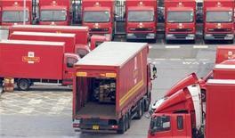 <p>Фургоны Royal Mail в центре Лондона 22 октября 2009 года. Тысячи работников государственной почтовой компании Royal Mail в четверг начали 48-часовую забастовку, которая пройдет по всей стране. REUTERS/Andrew Winning</p>