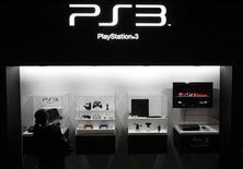 <p>Un visitatore guarda l'allestimento di presentazione della Playstation 3 al Tokyo Game Show. REUTERS/Toru Hanai</p>