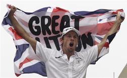 <p>O piloto da Brawn GP Jenson Button comemora o campeonato de F1 em Interlagos. Button está 99 por cento garantido de ficar na Brawn GP na próxima temporada, afirmou o chefe da equipe, Ross Brawn, depois de notícias relacionando o inglês à rival McLaren.18/10/2009.REUTERS/Bruno Domingos</p>