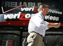 <p>La tecnológica estadounidense Verizon Communications Inc dijo el lunes que tuvo una ganancia ajustada de 0,60 dólares por acción en el tercer trimestre y que sus ingresos subieron un 10,2 por ciento a 27.300 millones de dólares. REUTERS/Brendan McDermid/Archivo</p>