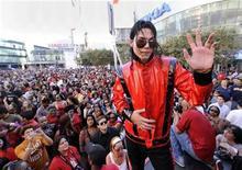 """<p>Un imitador de Michael Jackson posa para fotógrafos en Los Angeles, 24 oct 2009. El nuevo disco de Michael Jackson """"This Is It"""" sale a la venta en todo el mundo el lunes, inaugurando una semana de eventos dedicados al """"rey del pop"""" pero la perspectiva de venta del álbum doble es decididamente dudosa. Los expertos predicen que llegará a lo más alto de los ránkings de países clave, sobre todo el gran mercado estadounidense, pero también reconocen que con las ventas de álbumes en caída terminal, un éxito relativamente modesto puede garantizar un puesto número uno. REUTERS/Phil McCarten</p>"""