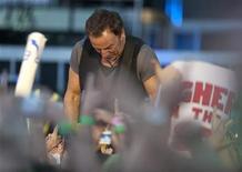 <p>Bruce Springsteen in concerto con la band E.Street. REUTERS/Felix Ordonez</p>